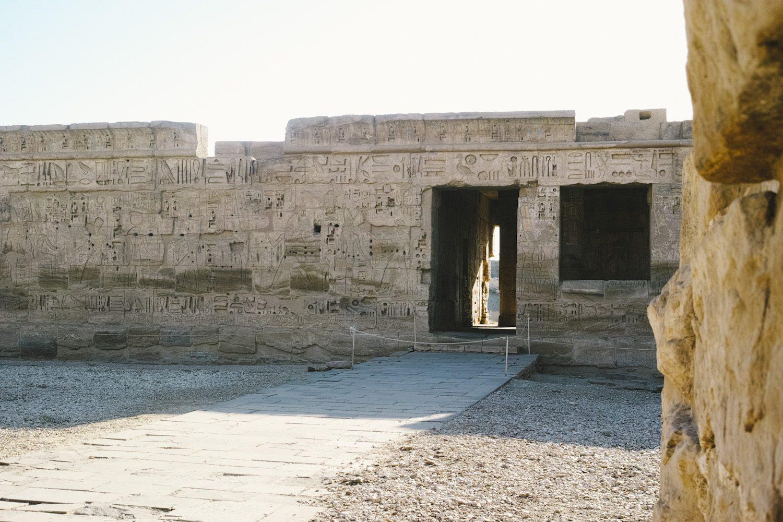medinet_habou_temple_egypt_thevoyageur002
